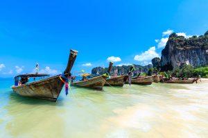 båter på fin strand under ferie i thailand