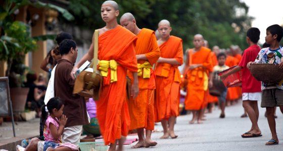 munker som kan oppleves i luang prabang på en reise til indokina