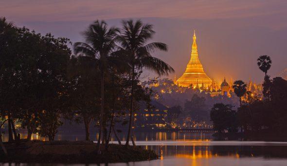 Shwedagon Pagoda i kveldslys. Yangon, Myanmar (Burma)