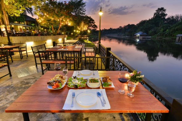 Royal River Kwai Resort har hyggelig restaurant ved elvebredden