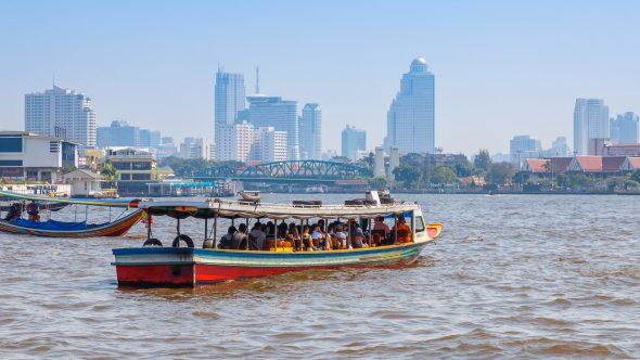 En av mange pendlerbåter på Chao Phraya-elven.
