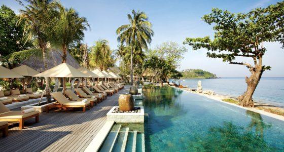 Bilde fra bassengområde på et hotell du kan oppleve når du drar på kombinasjonsreise til Bali og Lombok