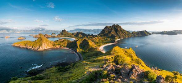 øy som kan oppleves på seilbåtferie i indonesia